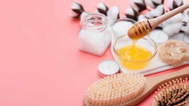 Haut angle de miel de spa et de fleurs de coton
