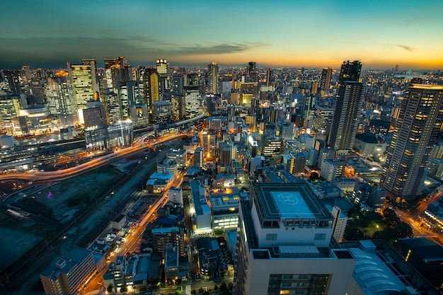Haut angle de vue du gratte-ciel urbain d'osaka au beau ciel crépusculaire