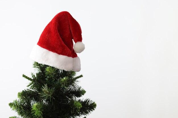En haut de l'arbre du nouvel an suspendu santa clauss red hat close-up