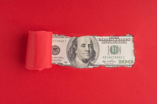 Haut au-dessus de la vue aérienne photo de papier rouge déchiré de plus de 100 dollars avec copyspace