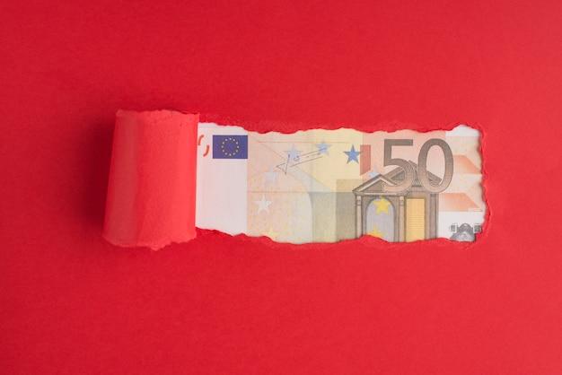 Haut au-dessus de la vue aérienne photo de papier rouge déchiré de plus de 50 euros avec copyspace