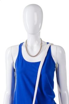 Haut bleu et bracelet blanc. bandoulière en cuir sur l'épaule du mannequin. vêtements simples de haute qualité pour femme. sangle blanche de rechange pour sac.