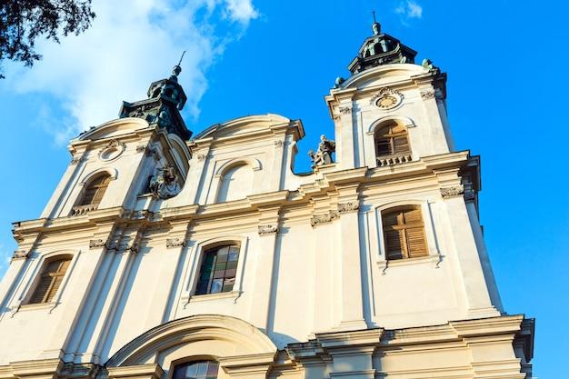 Haut de l'église sur la rue bandery à lviv, ukraine