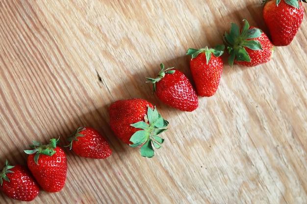 Haut de fraises sur fond de bois