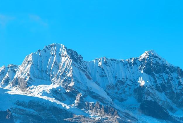 Haut de hautes montagnes, couvertes de neige. inde.