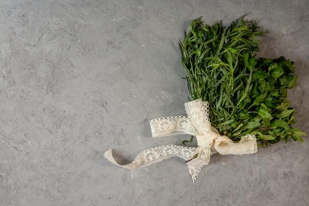 Haut des herbes fraîches avec copie espace sur gris