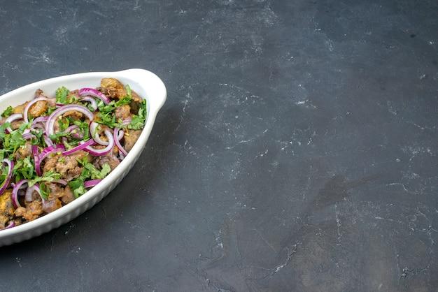 Haut de la moitié vue bol de kebab savoureux sur tableau noir