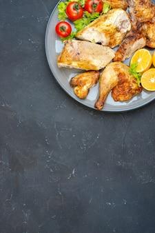 Haut de la moitié vue poulet cuit au four tomates fraîches tranches de citron sur plaque