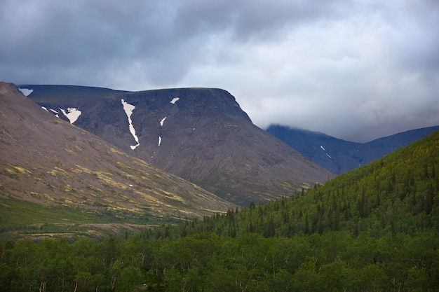 Haut de la montagne khibiny sous la forme d'une surface du ciel nuageux.