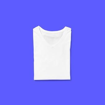 Haut de page vue t-shirt col en v blanc plié isolé sur fond bleu. adapté à votre projet de conception.