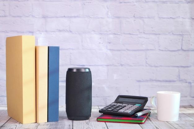 Haut-parleur intelligent et clavier avec espace de copie sur fond blanc.