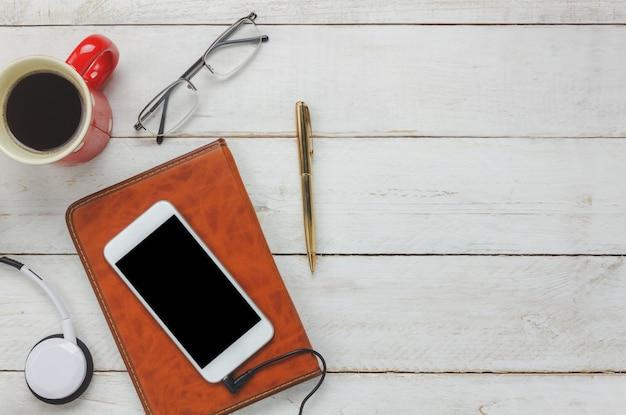 Haut-parleur et smartphone et casque avec tasse à café