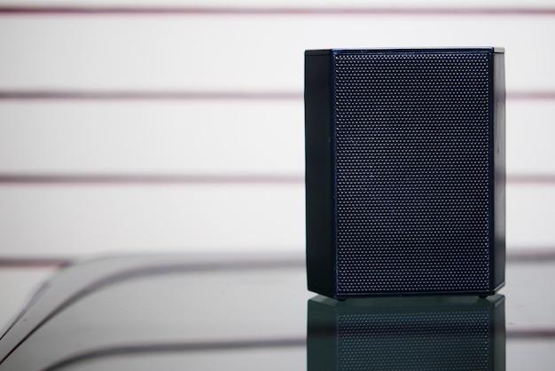 Un haut-parleur sur table avec espace de copie