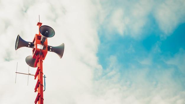 Haut-parleur vintage corne - signe de relations publiques et symbole. effet de tonalité de couleur vintage