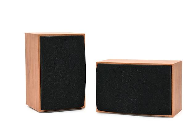 Haut-parleurs pour écouter du son sur fond blanc