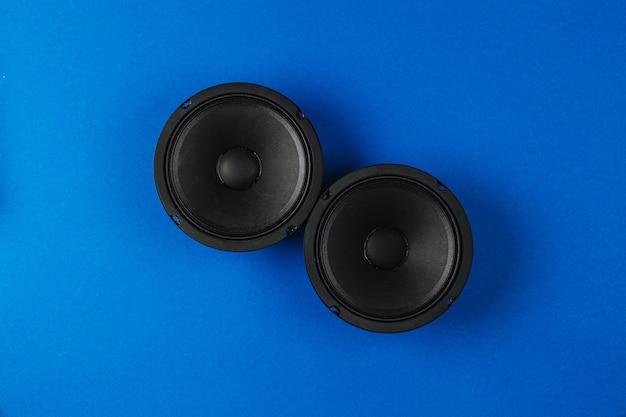 Haut-parleurs de voiture audio de voiture sur un espace de copie de fond bleu