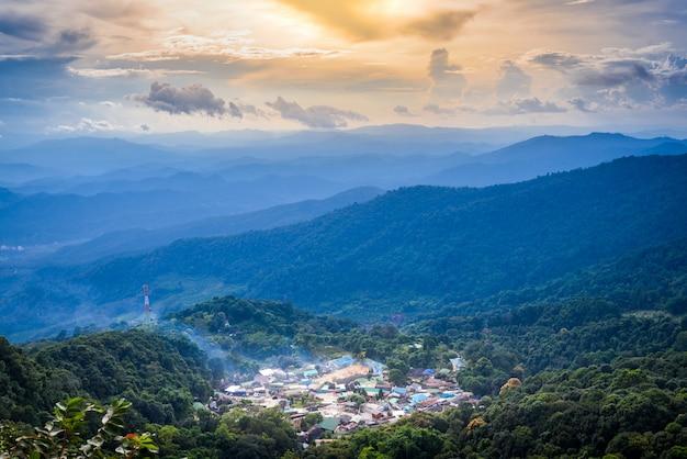 Haut paysage vue du village de montagne sur les montagnes de doi pui au coucher du soleil ciel et nuages