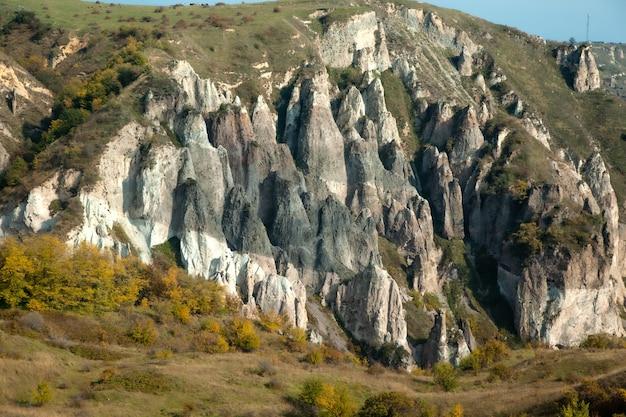 Haut rocher en arménie sous le ciel