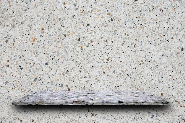 Haut vide d'étagères en pierre de terrazzo poli sur fond de terrazzo