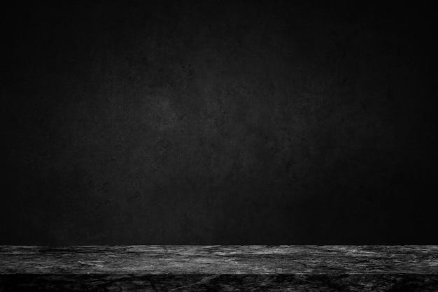 Haut vide de la table en pierre de marbre noir sur fond de mur en béton