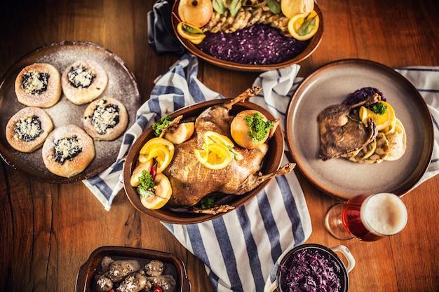 Haut de la vue canard de noël rôti boulettes de chou rouge bière pression de foie et petits pains au four.