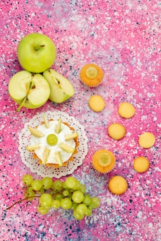 Haut de la vue éloignée du petit gâteau crémeux avec des fruits en tranches de bureau, gâteau au sucre sucré cuire