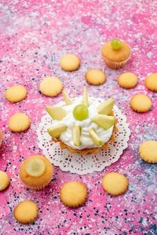 Haut de la vue éloignée du petit gâteau délicieux avec des biscuits aux fruits tranchés sur un bureau, gâteau au sucre sucré