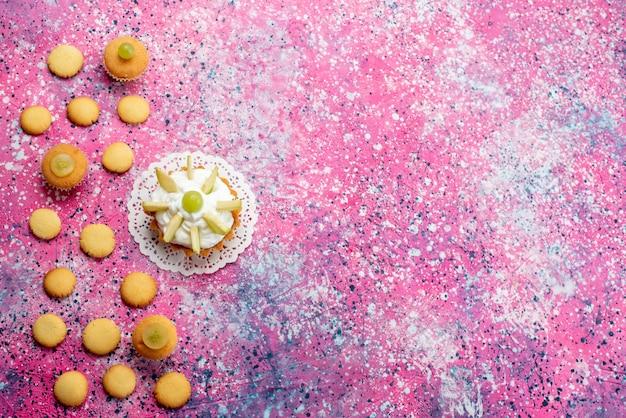 Haut de la vue éloignée du petit gâteau délicieux avec des biscuits aux fruits en tranches, gâteau au sucre sucré