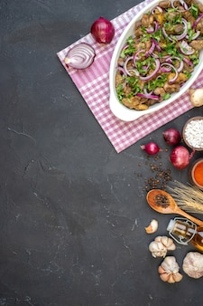 Haut vue lointaine savoureux kebab bol oignons rouges sel de mer dans un petit bol