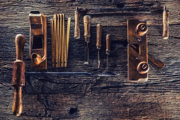 Haut de la vue des outils de menuisier vintage dans un atelier de menuiserie.