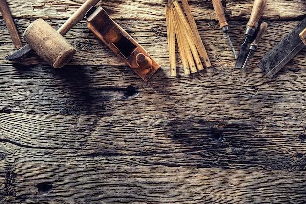 Haut de la vue des outils de menuisier vintage dans un atelier de menuiserie