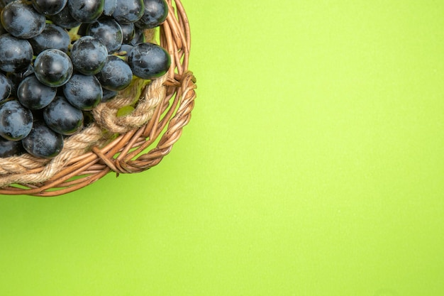 Haut vue rapprochée raisins panier brun de raisins noirs