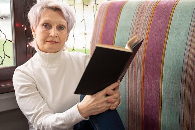 Haute angle, femme aînée, lecture
