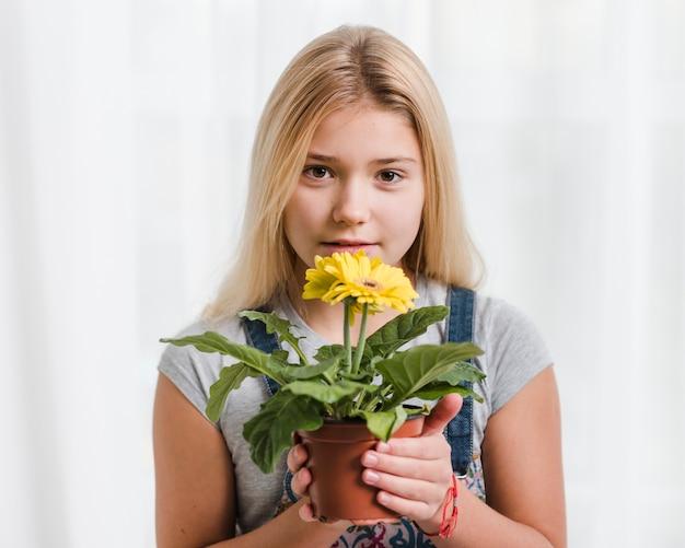 Haute, angle, jeune, girl, tenue, fleur, pot