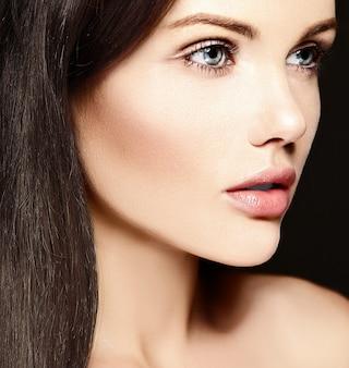 Haute couture look.glamor closeup portrait de beauté du beau modèle de jeune femme de race blanche sans maquillage avec une peau parfaitement propre