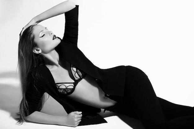Haute couture look.glamor portrait de beau sexy élégant caucasien jeune femme modèle en vêtements noirs