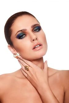 Haute couture look.glamour closeup portrait de beau sexy caucasien jeune femme modèle avec des lèvres juteuses, maquillage lumineux
