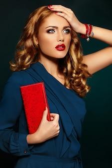 Haute couture look.glamour closeup portrait de beau sexy élégant blonde caucasienne jeune femme modèle avec maquillage lumineux