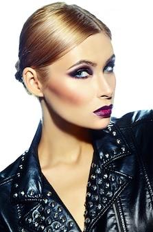 Haute couture look.glamour closeup portrait de beau sexy élégant caucasien jeune femme modèle avec un maquillage moderne lumineux, avec des lèvres rouge foncé, avec une peau parfaitement propre