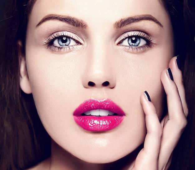 Haute couture look.glamour closeup portrait de beauté du beau modèle de jeune femme de race blanche avec le maquillage nude avec une peau parfaitement propre avec des lèvres roses colorées