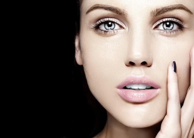 Haute couture look.glamour closeup portrait de beauté du beau modèle de jeune femme de race blanche avec maquillage nude avec une peau parfaitement propre