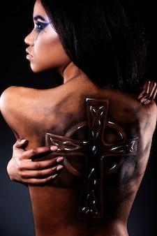 Haute couture look.glamour closeup portrait de belle femme noire américaine avec tatouage sur le dos et maquillage lumineux
