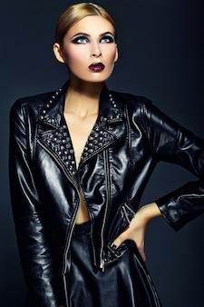 Haute couture look.glamour closeup portrait de belle sexy blonde élégante jeune femme modèle avec un maquillage lumineux avec des lèvres rouges avec une peau parfaitement propre en tissu noir