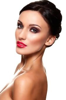 Haute couture look.glamour closeup portrait de belle sexy caucasien jeune femme modèle avec des lèvres rouges, maquillage lumineux, avec une peau parfaitement propre isolé sur blanc