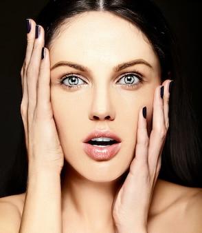 Haute couture look.glamour closeup surpris souriant portrait de beauté de la belle jeune femme de race blanche modèle sans maquillage avec une peau parfaitement propre
