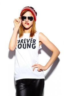 Haute couture look.glamour élégant belle jeune femme modèle avec des lèvres rouges en tissu hipster en lunettes de soleil en bonnet coloré