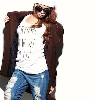 Haute couture look.glamour élégant sexy belle jeune femme brune modèle en été brillant tissu hipster en bonnet blanc en manteau