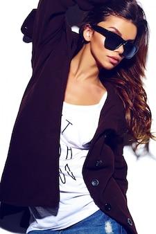 Haute couture look.glamour élégant sexy belle jeune femme brune modèle en été brillant tissu hipster dans des verres en manteau