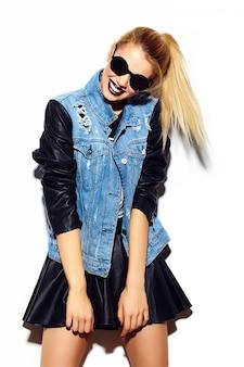Haute couture look.glamour élégant sexy souriant belle jeune femme blonde modèle en été brillant jeans tissu hipster en lunettes de soleil