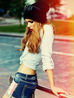 Haute couture look.glamour élégant sexy souriant belle jeune femme modèle en été brillant tissu hipster dans la rue